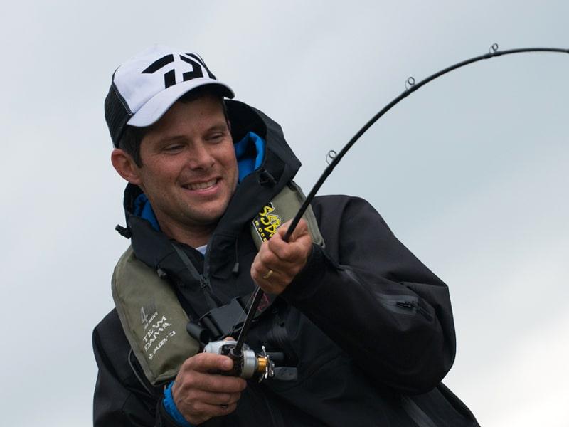 Pêcheur avec capture au bout de la ligne