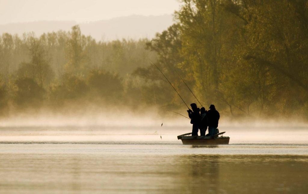 Pêcheurs en bateau en rivière