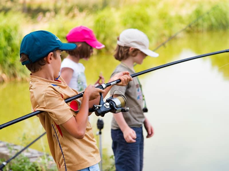 Enfants en stage de pêche